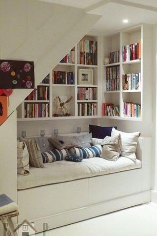 Cottage Living Room with Built-in bookshelf, Carpet, Saro les baux de provence striped design jute pillow, Built-in seating