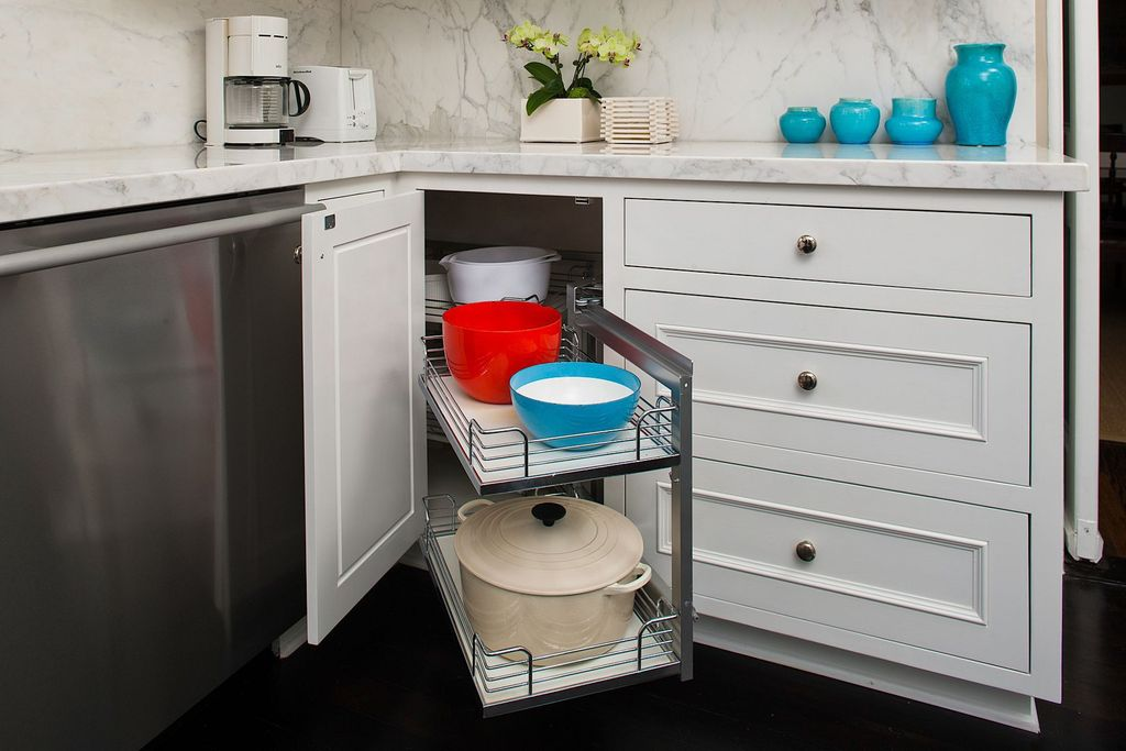 Contemporary Kitchen with Complex marble counters, L-shaped, Le Creuset Dune Signature Round French Oven, full backsplash