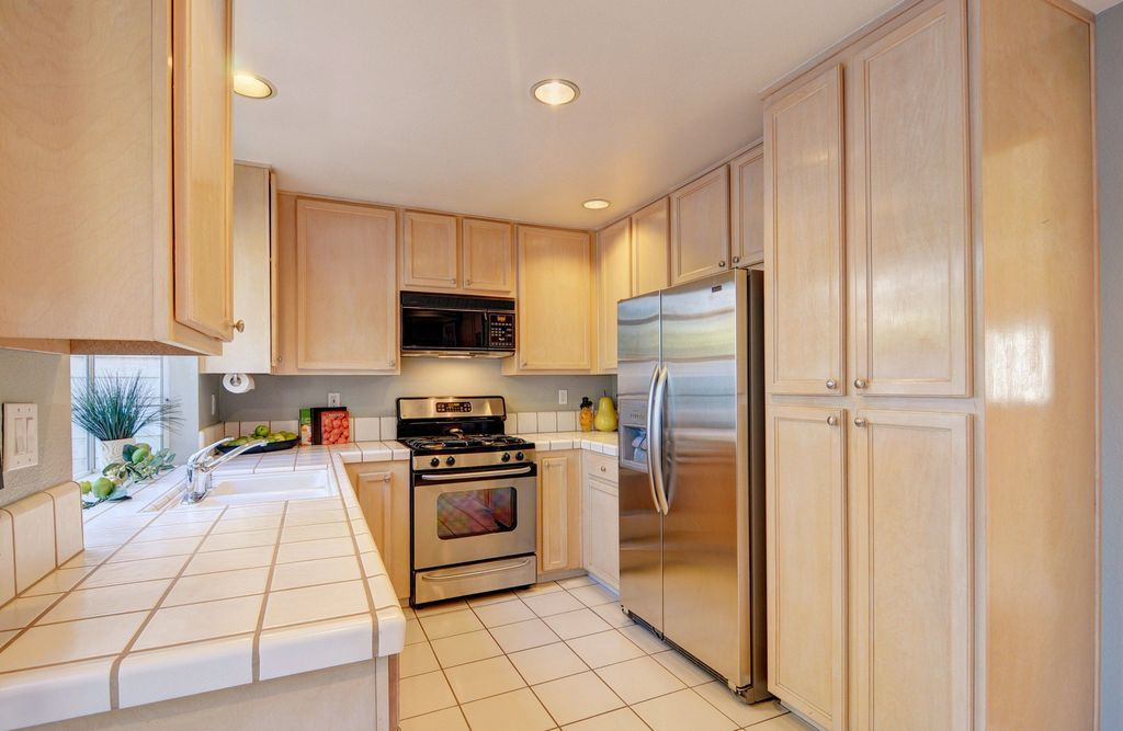 Traditional Kitchen with Undermount sink, built-in microwave, Standard height, Built In Refrigerator, partial backsplash