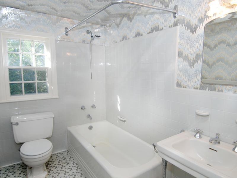 Traditional 3/4 Bathroom with Handheld showerhead, Full Bath, Casement, wall-mounted above mirror bathroom light, Bathtub