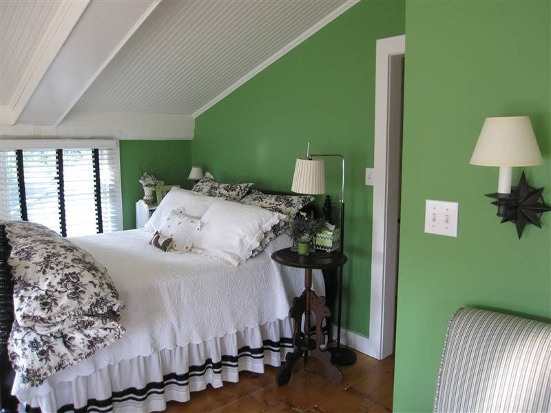 Cottage Guest Bedroom with Hardwood floors, High ceiling