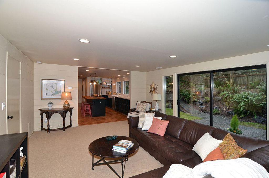 Traditional room with Standard height, can lights, flat door, sliding glass door, Carpet