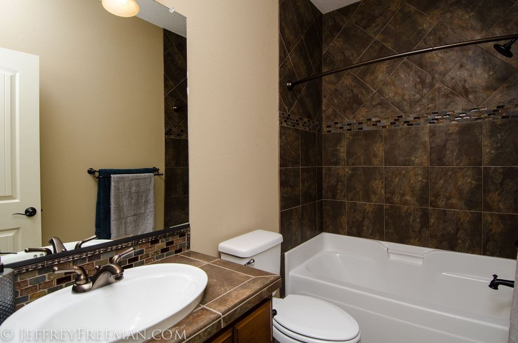 Great full bathroom zillow digs for Very small full bathroom ideas