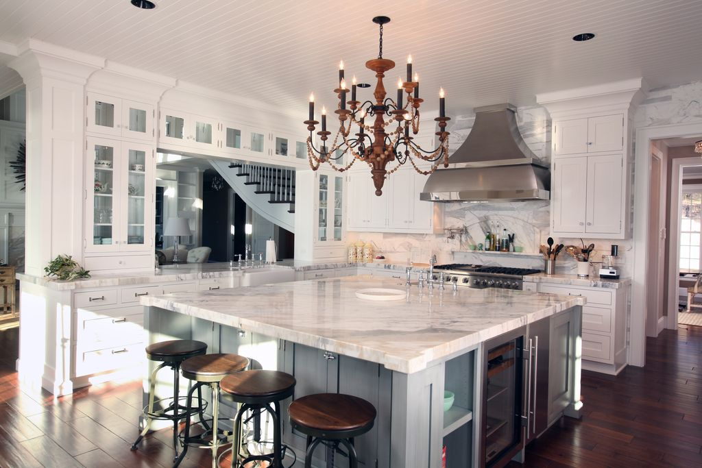 Traditional Kitchen with Complex marble counters, full backsplash, European Cabinets, Undermount sink, gas range, Paint