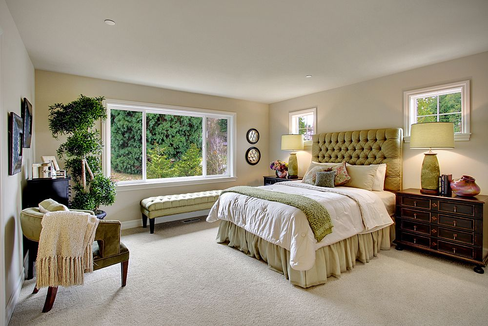 Traditional Master Bedroom with Casement, can lights, Carpet, Standard height