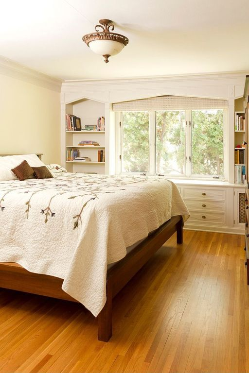 Built-in bookshelves/cabinets, Crown molding, Flush/Semi-Flush Mount, Hardwood, Normal (2.7m), Traditional, Window seat