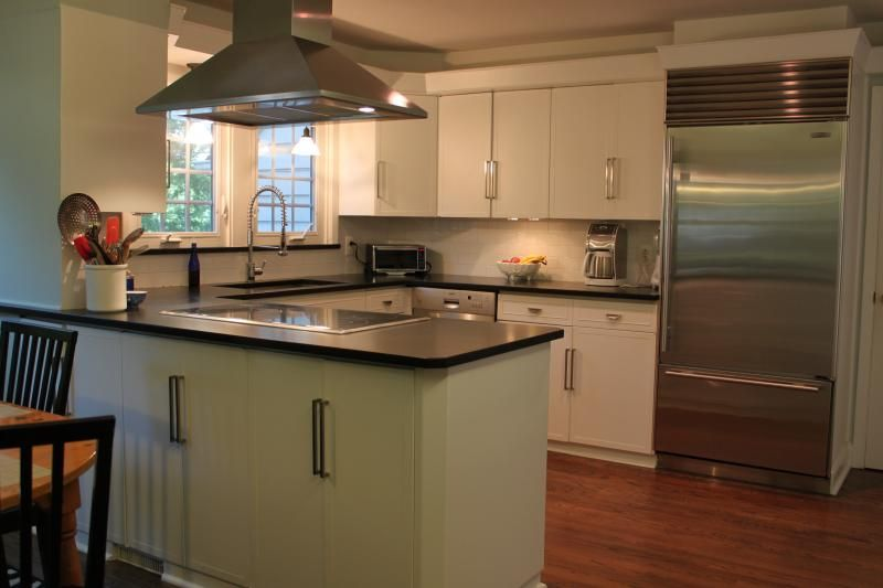 Contemporary Kitchen with Breakfast nook, full backsplash, European Cabinets, Flush, electric cooktop, dishwasher, can lights