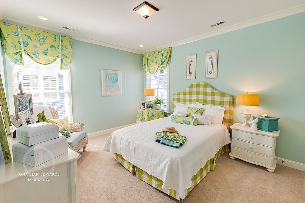 Traditional Guest Bedroom with flush light, Paint 1, Carpet, double-hung window, Standard height, can lights, Crown molding