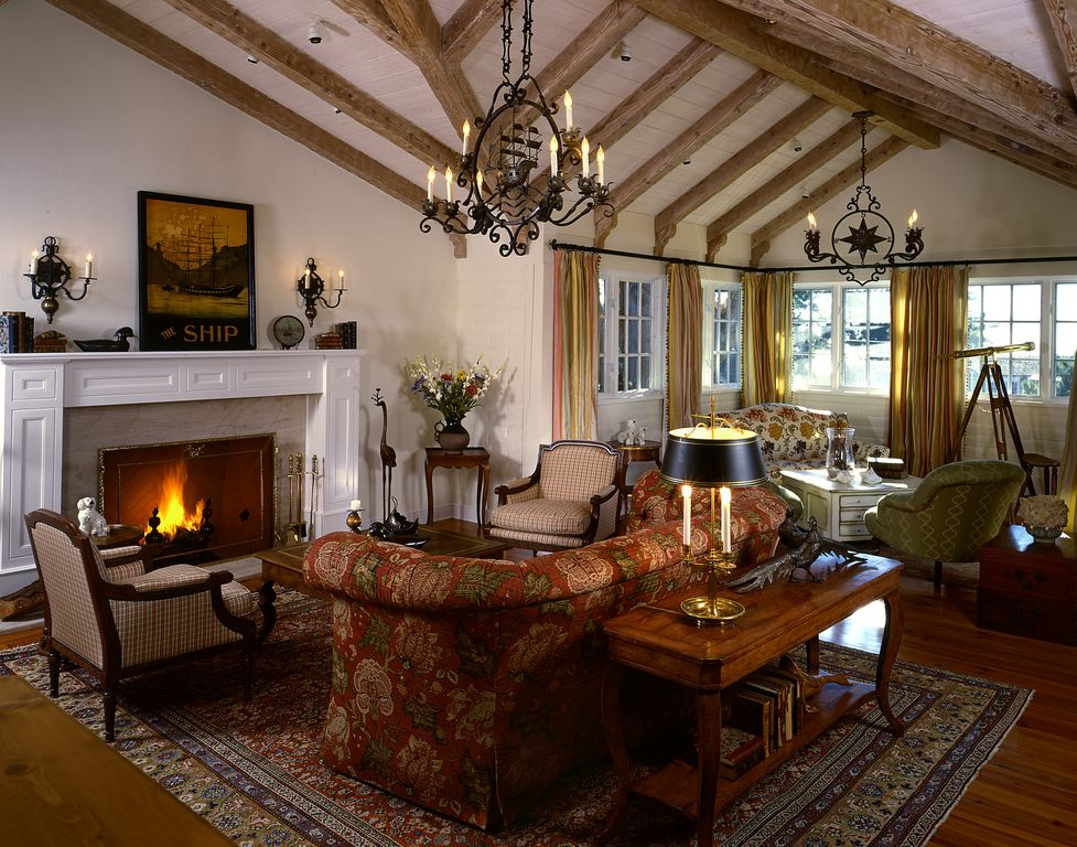 Built-in bookshelves/cabinets, Cement, Chandelier, Cottage, Exposed Beams, Hardwood, Normal (2.7m), Wall sconce