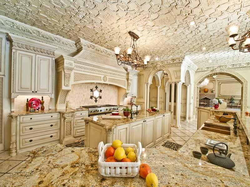 Chandelier, Columns, Crown molding, Custom Hood/Ventilation, Granite - complex, Island, Limestone, Multiple Sinks, Normal (2.7m), Raised Panel, Traditional, U-Shaped, Undermount