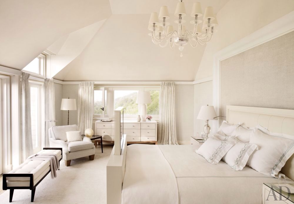 Traditional master bedroom with carpet window seat for Bedroom ideas hamptons