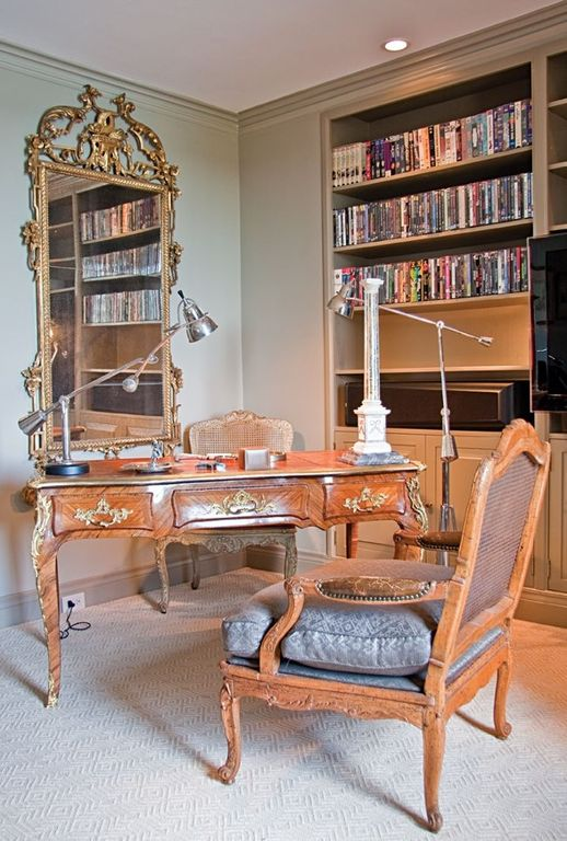 Built-in bookshelves/cabinets, Carpet, Crown molding, Normal (2.7m), Traditional