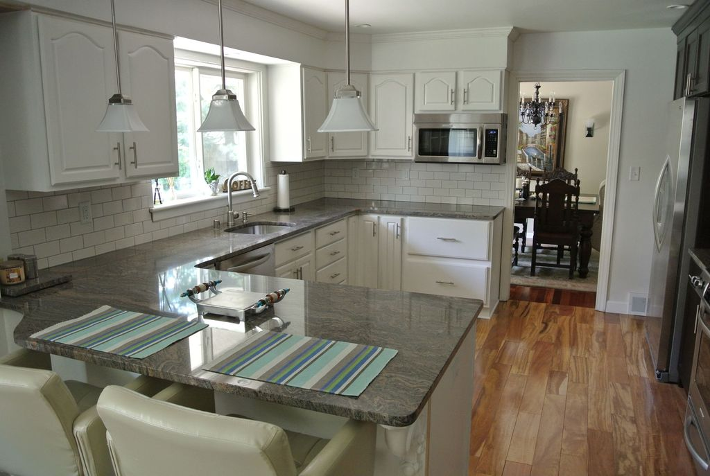 Traditional Kitchen with European Cabinets, Breakfast bar, U-shaped, Undermount sink, Pendant light, Crown molding