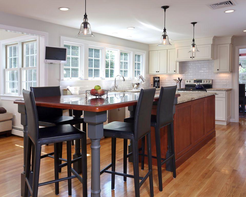 Traditional Kitchen with Breakfast bar, Casement, gas range, Subway Tile, L-shaped, full backsplash, Flush, dishwasher