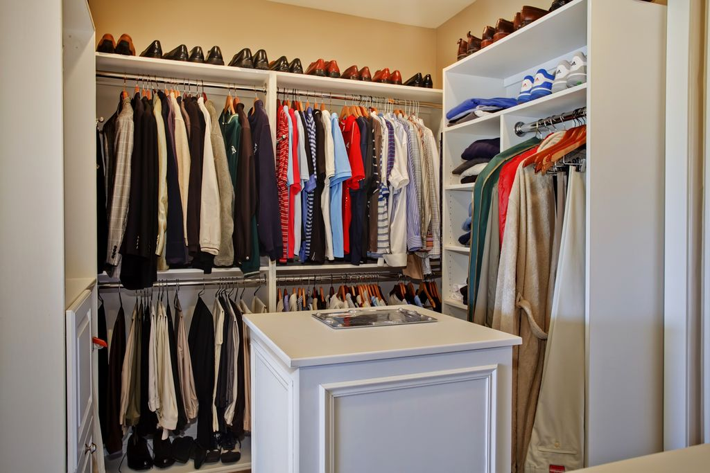 Traditional Closet with Standard height