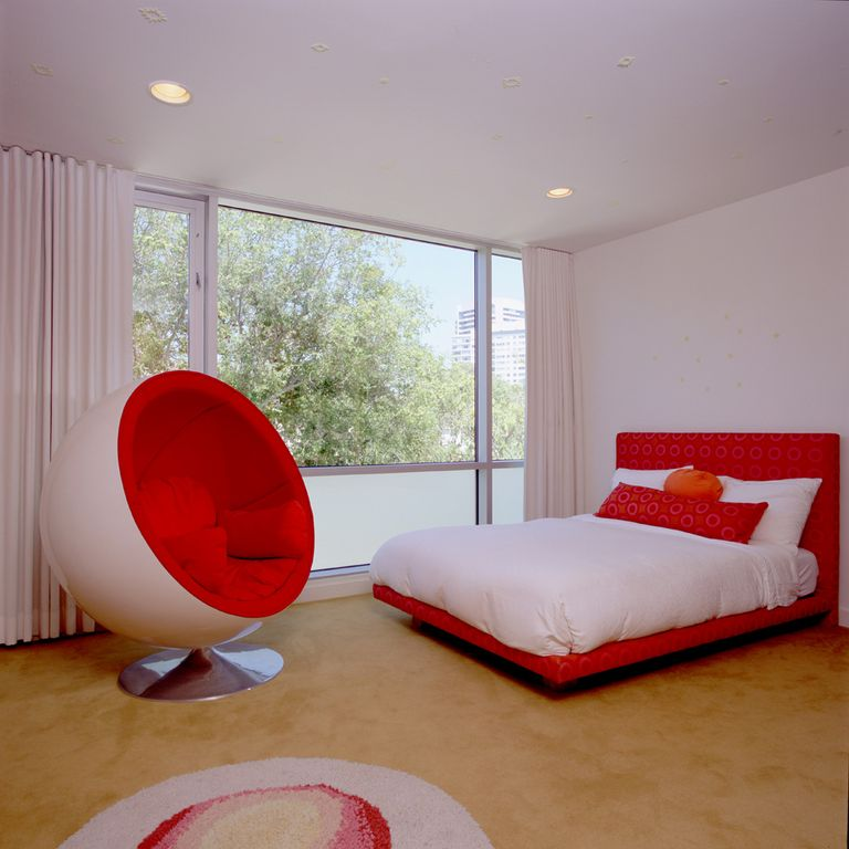 Eclectic Guest Bedroom with picture window, can lights, Carpet, Standard height