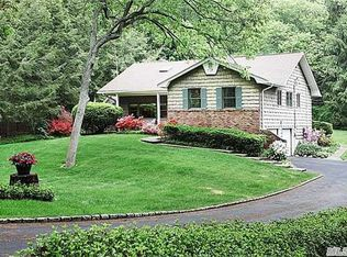 12 Carriage Ct , Dix Hills NY