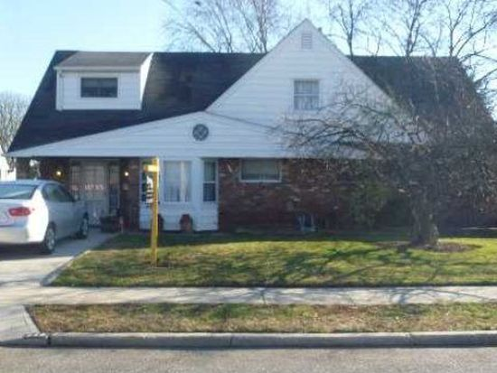 518 N Newbridge Rd, Levittown, NY 11756