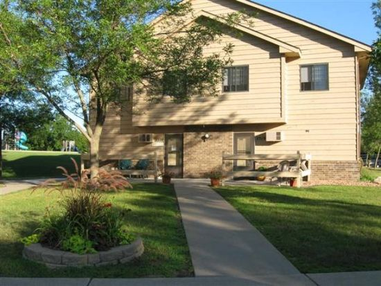 2520 Woodcrest Dr, Chaska, MN 55318