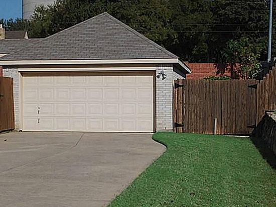 213 Colonial Ln, Euless, TX 76040