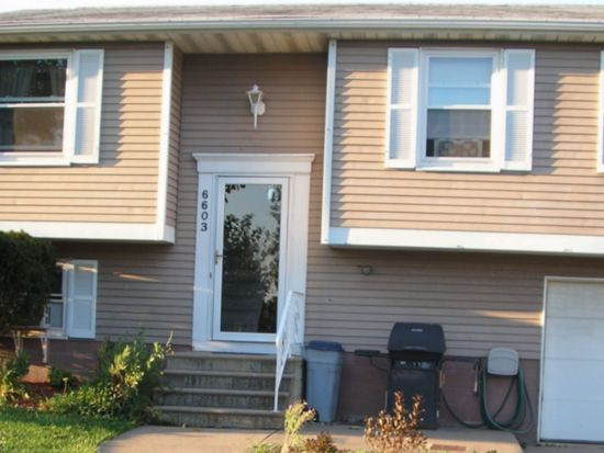 6603 Royal Pkwy S, Lockport, NY 14094