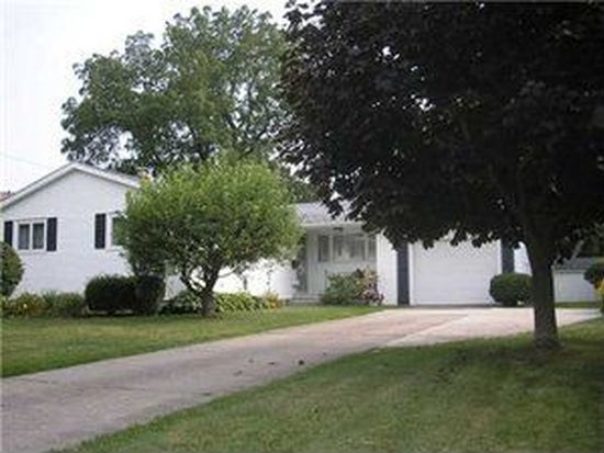 12 Lincolnshire Dr, Lockport, NY 14094