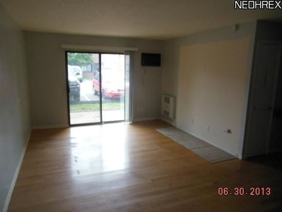 23853 David Dr APT 105, North Olmsted, OH 44070