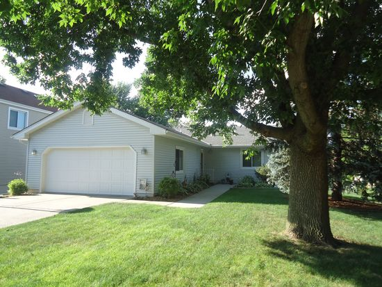 8989 Carpenter Circle Dr, Clive, IA 50325
