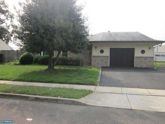 21 Willow Dr, Levittown, PA 19054