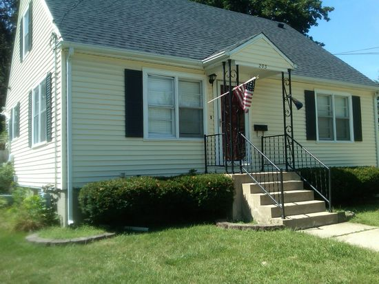 203 E 1st St, East Dundee, IL 60118