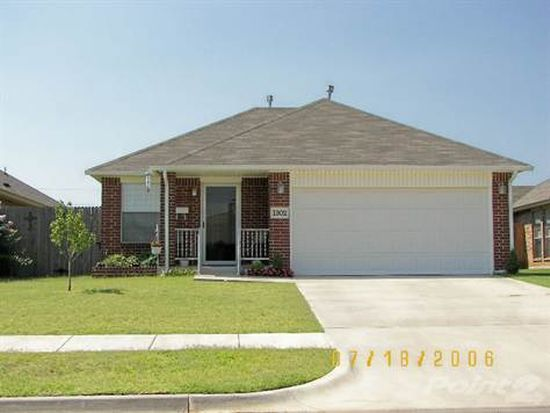 1302 SW 24th St, Moore, OK 73170