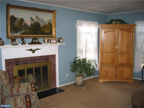 51 Tweed Rd, Levittown, PA 19056