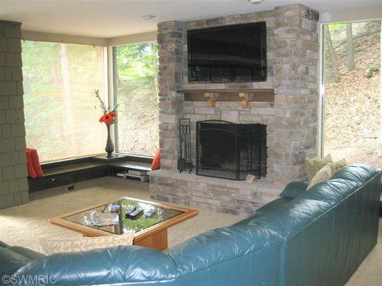 18000 N Shore Estates Rd, Spring Lake, MI 49456