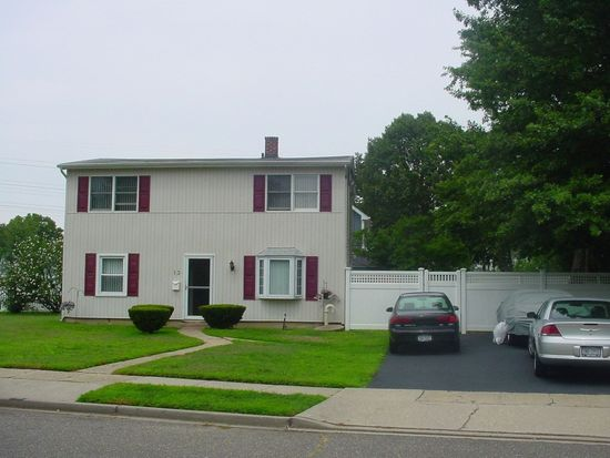 13 Corncrib Ln, Levittown, NY 11756